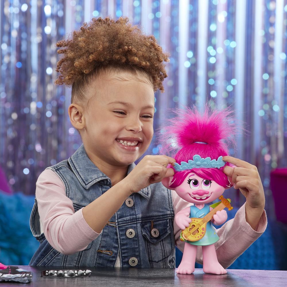 DreamWorks Trolls World Tour - Poppy Pop/Rock - Muñeca que canta y viste con dos estilos diferentes