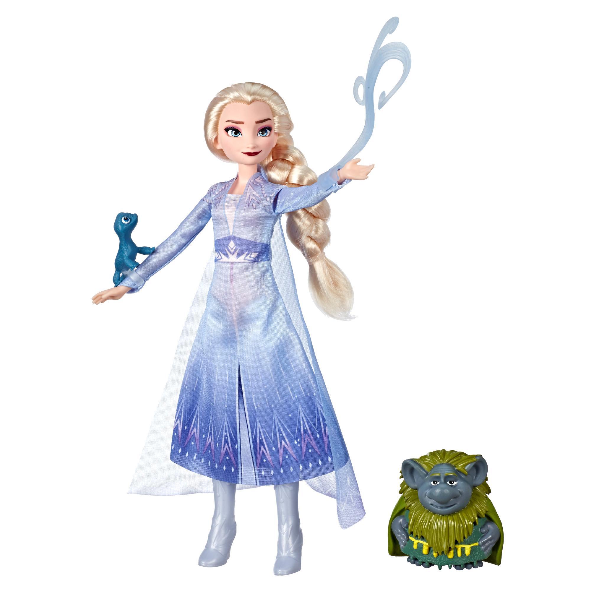 Disney Frozen - Muñeca de Elsa con ropa de viaje inspirada en Frozen 2, figura de Pabbie y figura de Salamandra
