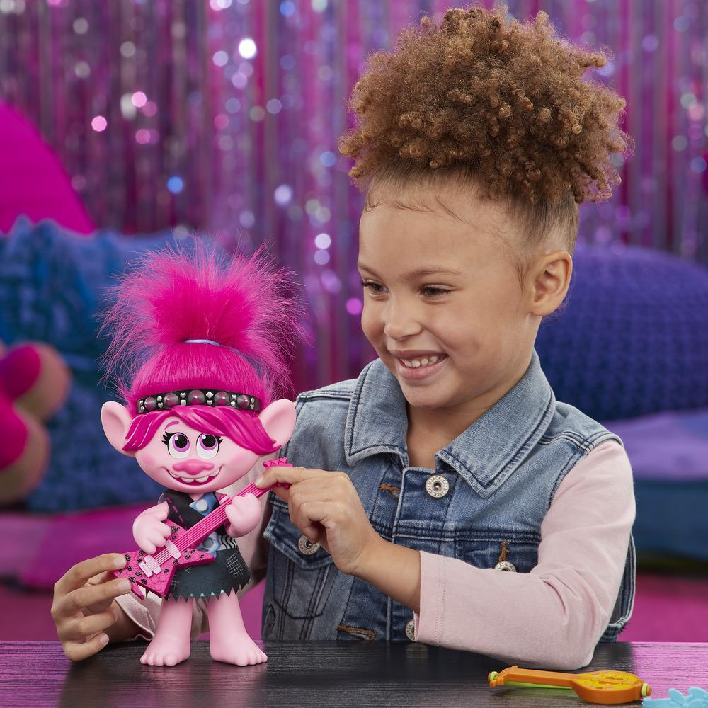 DreamWorks, Les Trolls 2 : Tournée mondiale, Poppy pop et rock, poupée chantante avec 2 tenues et sons