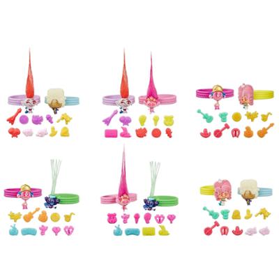DreamWorks Trolls Tiny Dancers, confezione con 2 amici Tiny Dancers, 2 braccialetti e 10 amuleti, ispirati al film Trolls World Tour
