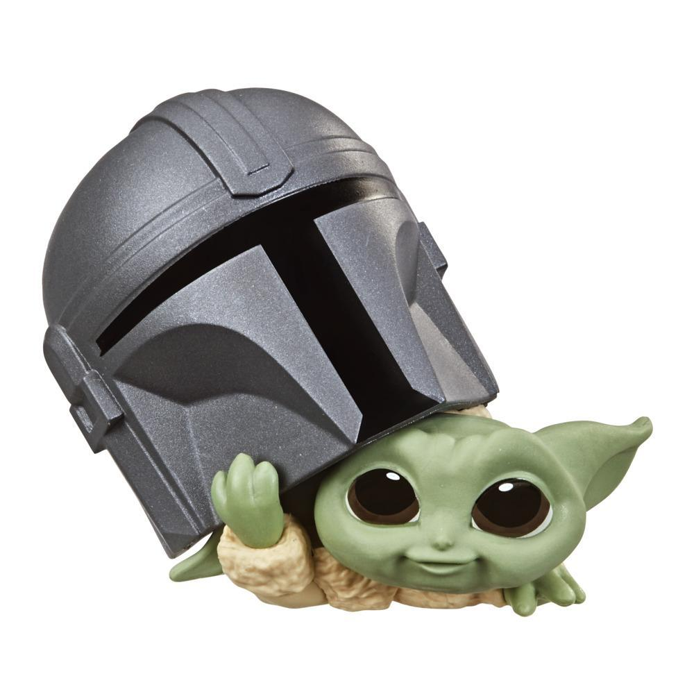 Star Wars The Bounty Collection Series 3 The Child na pose Espiando Pelo Capacete
